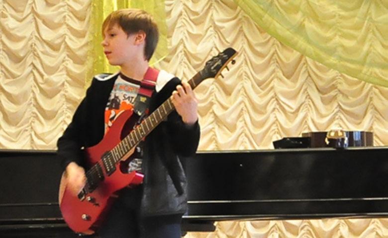 научись играть на гитаре